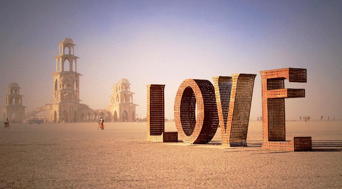 11 Sep The bag of Cara Delevingne on Burning Man 5efa575838ede